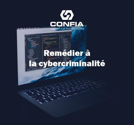 """un ordinateur dans un milieu sombre avec écrit « remédier à la cybercriminalité"""""""