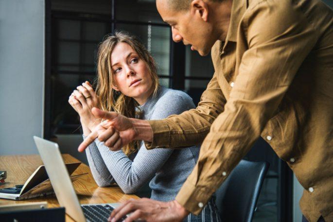 deux personnes qui se regardent en train de travailler